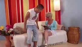 Un joven ameniza la vida sexual de una vieja que vive sola