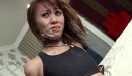 Esclava sexual tailandesa recibe mucho semen en la boca
