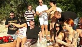 Un grupo de actrices porno organiza una orgía con tíos amateur