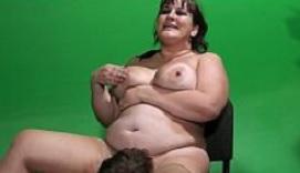 Morena obesa recibe una perfecta comida de coño