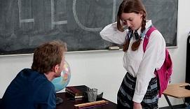 Joven muy tímida folla con su profesor de literatura