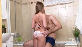 Joven rusa folla con su hermano encerrados en el baño