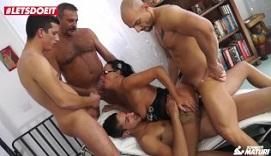 Morena madura participa en un gangbang con amigos