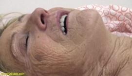Vieja de 90 años disfrutando del buen sexo con un joven
