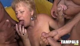 Abuela muy salida le come la polla a tres hombres