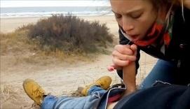 Pareja amateur follando en la playa un día de mucho frío